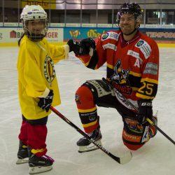 Hockeyschule spielt mit Fischer Stöcken